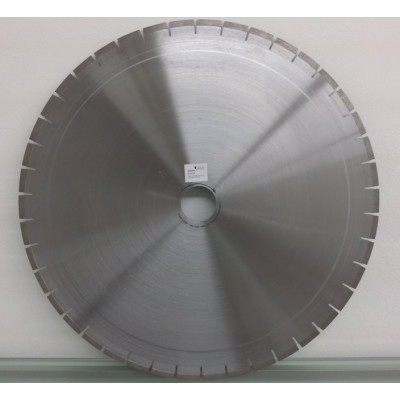 Segmented cutting blade for cutting fused cast refractories